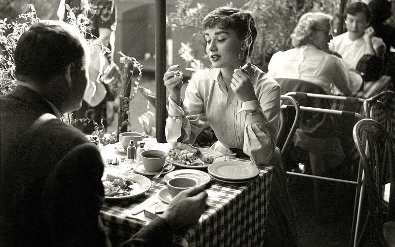 audrey-hepburn-brunette-restaurant-cigarette-smoking-bw-images-215653